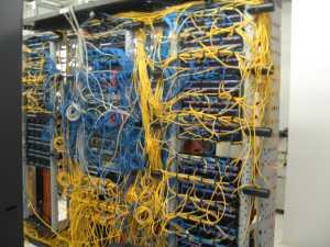 コンピュータ室のケーブル地獄